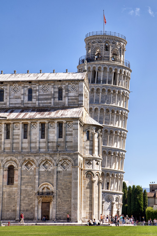 the leaning tower of Pisa with cathedral in front of it